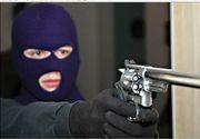 Jaf armat la o banca din Arad. Banii furati au fost gasiti la o ghena de gunoi. Pistolul cu care atacatorul i-a amenintat pe angajati era de jucarie