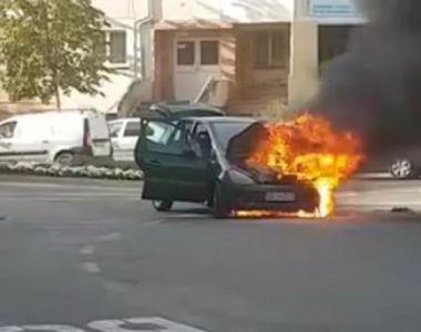 Un autoturism a luat foc intr-un sens giratoriu din Bacau - Imagini de la fata locului
