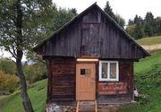 Cea mai mica scoala din Romania. In institutia mai mica decat o sufragerie invata 10 copii. Iata cum arata scoala dintr-un catun din Maramures