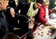 Scena cu femeia care urla langa racla Cuvioasei Parascheva a socat o tara intreaga. Cum isi explica gestul jandarmii care au luat-o pe sus pe femeie pentru a o duce langa moaste