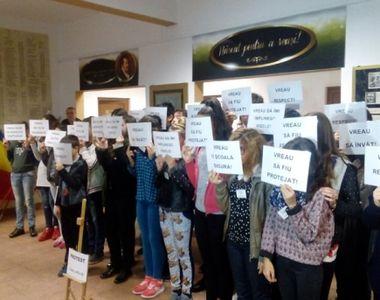 Note scazute la purtare pentru elevii care au protestat fata de prezenta la ore a...