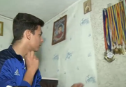 El este Alexandru, un baiat de 14 ani, campion national si international la karate - Traieste intr-un grajd, dar asta nu l-a impiedicat sa aiba un perete plin de medalii