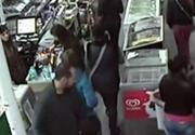 Sapte hoti au dat spargerea intr-un magazin din Timisoara. Au indesat aproape toata ciocolata in geci si au plecat fara sa plateasca