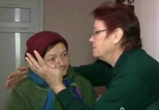O batranica de 78 de ani a ajuns sa doarma pe scara blocului, dupa ce a ramas fara apartament. Bunica Aurelia ingheata de frig si sta nemancata cu zilele