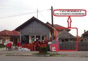 """Nepasare! In fata casei memoriale a Ecaterinei Teodororiu se afla un magazin de obiecte din plastic! Casa este """"acoperita"""" de mese si butoaie din plastic"""