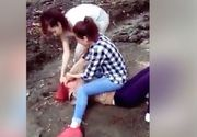 VIDEO. O tanara este batuta cu bestialitate de doua adolescente. Victima este pusa la pamant, lovita si trasa de par. O alta persoana a filmat intreaga scena