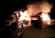 Bacău: Şase TIR-uri au ars în urma unui incendiu izbucnit într-o parcare. Maşinile au luat foc din cauza unui scurtcircuit