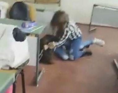 Scene infricosatoare intr-o sala de clasa din Baia Mare. O eleva de 14 ani isi loveste...