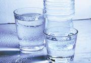 Lista cu cu apa otravita din comert. Limita admisa de bacterii a fost depasita de 15 ori. Uite care sunt marcile cunoscute de apa care sunt pline de microbi