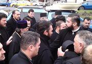 IPS Teodosie, insotit de 30 de preoti la politie. Cat timp arhiepiscopul a semnat controlul judiciar, preotii au stat la coada, aratandu-si sutinerea!