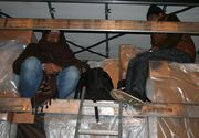 Trei pakistanezi ascunsi intr-un camion, prinsi de politisti la punctul de trecere a frontierei de la Calafat. Au fost depistati cu aparatura pentru detectarea batailor inimii