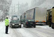 Trafic ingreunat pe mai multe drumuri din tara din cauza zapezii. Circulatia se desfasoara cu dificultate pe DN1, in Cluj, pe DN67C, in Gorj, dar si in judetul Suceava