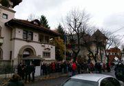 Coada la Ambasada Republicii Moldova din Bucuresti. Zeci de persoane asteapta sa isi exercite dreptul la vot