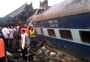 Un tren a deraiat in India. Cel putin 95 de persoane au murit, alte cateva zeci sunt blocate sub vagoanele trenului