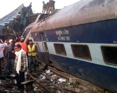 Un tren a deraiat in India. Cel putin 95 de persoane au murit, alte cateva zeci sunt...