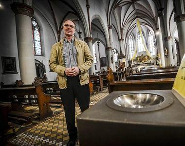 Doi romani au devalizat cutia milei dintr-o biserica din Germania! Ei au fost filmati...