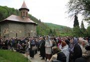 27 de ani de la moartea lui Arsenie Boca: Mii de credinciosi, la Manastirea Prislop. Pelerinaj spectaculos