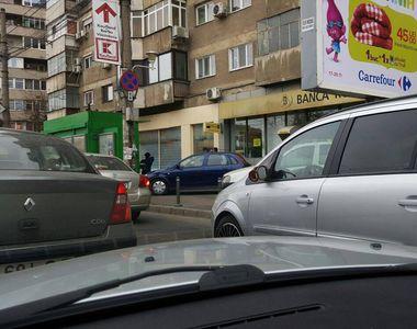 Imaginea zilei vine din Bucuresti. Ce si-a pus un sofer in loc de oglinda laterala....