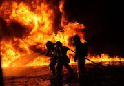Incendiu puternic la o firma de prelucrarea lemnului din Harghita. Zeci de pompieri intervin pentru stingerea focului