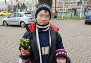 Emotionant! Doi copii vand ghiocei pe strazile Iasului pentru a-si ajuta familia saraca