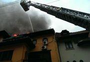 Incendiu puternic la o cladire din centrul Capitalei. Au intervenit opt autospeciale de stingere si patru ambulante SMURD. Doua persoane au nevoie de ingrijiri medicale