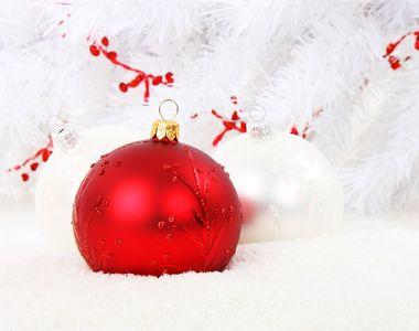 Fabrica de globuri. Ce culori si decoratiuni se poarta iarna aceasta si cum sunt facute...