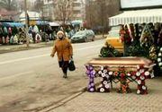 Imagine macabra pe o strada din centrul Iasului. Pe un bulevard intens circulat, sunt expus ca la targ sicrie si coroane mortuare!