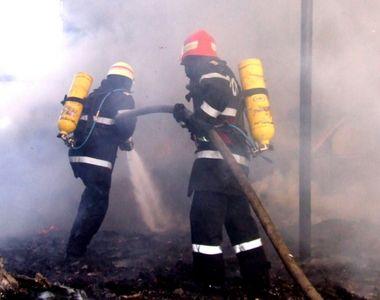Locatarii unui bloc din Pitesti, evacuati din cauza unui incendiu. Un barbat, gasit...