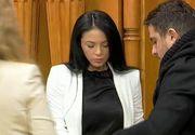 Prima zi in Parlament pentru nepoata lui Pandele. Alexandra Bogaciu a fost insotita de un domn care ii cara poseta si ii soptea ce studii are