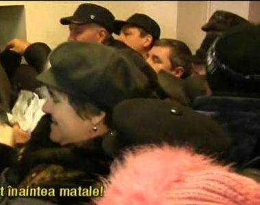 Stirile Kanal D, ora 12.00: Si-au rupt hainele pentru un bilet la revelionul organizat...