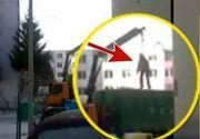 Scenele bizare care au devenit virale pe internet. Un barbat atarna deasupra unei masini de gunoi
