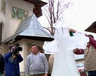 Traditii de Boboteaza in Moldova! Cum se face crucea de gheata care va sta in curtea...