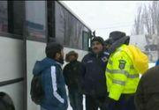 Incredibil. Cativa navetisti din Buzau s-au certat cu autoritatile pentru ca au inchis drumul spre comuna lor