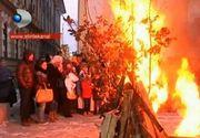 Sarbii din Banat au sarbatorit Ajunul Craciunului cu un foc de lemne si paie in curtea bisericii. Ce traditii respecta