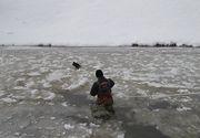 Pompierii au salvat doua rate salbatice din apa inghetata a raului Cibin!