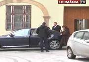 Klaus Iohannis si sotia lui, Carmen, scosi pe usa din spate din biserica