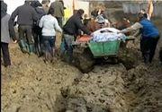 Satul din Romania uitat de lume si de autoritati - Isi duc mortii la groapa prin namol, iar salvarea sau pompierii nu pot ajunge niciodata la ei - Imagini din lumea a treia