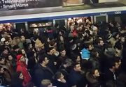 Trafic aglomerat la metrou! Sute de oameni asteapta pe peroane. Trenurile abia fac fata numarului mare de calatori