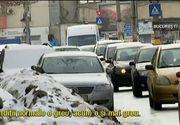 In Bucuresti, ca la nebuni. Capitala s-a transformat intr-o parcare imensa, dupa ninsoare. Oamenii care isi lasa masinile inzapezite pe strada fac traficul infernal