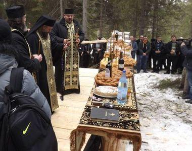 Aproximativ 100 de persoane participa la un parastas pe Varful Petreasa din Apuseni, la...