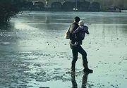 Un tata si-a pus fetita de doi ani in pericol mergand cu ea in brate pe un lac inghetat