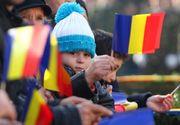 """Mii de persoane participa la manifestarile de Ziua Unirii de la Iasi. Cativa oameni au pancarte cu: """"Vrem Unirea"""" si """"Unirea obiectiv national"""". Huiduieli la adresa presedintelui Klaus Iohannis"""