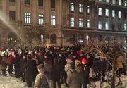 Nou protest la Universitate, impotriva OUG privind gratierea si modificarea Codului penal. Protestatarii s-au prins in Hora Unirii in jurul fantanii de la Universitate