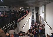 Statia de metrou Piata Victoriei, blocata de protestatari. Oamenii vin in valuri spre Guvern. Peste 200.000 de oameni sunt in strada
