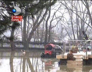 Zeci de case inghitite de ape in Suceava, dupa ce zapada s-a topit. S-a folosit...