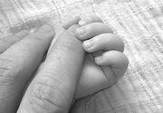 Tragedie la Iasi. O fetita de 3 ani isi mangaia mama moarta din cauza frigului