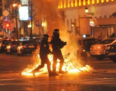 Politia ii cauta pe huliganii din Piata Victoriei care s-au batut cu jandarmii in a...