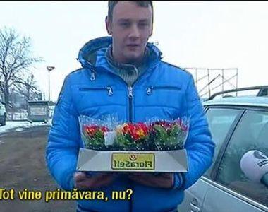 Cativa tineri au plantat flori in craterele uriase de pe DN 73. Au avut saci de pamant,...