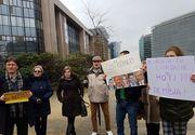 """Un grup de romani a protestat la Bruxelles in timpul vizitei premierului Grindeanu la institutii europene. """"DNA, sa vina sa va ia!"""""""