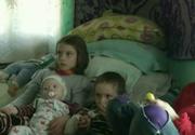 Drama pe care o traieste zilnic o familie din Dolj. Cei patru micuti si mama lor dorm cu sicriul matusii lor intr-o casa parasita - E tulburatoare povestea lor